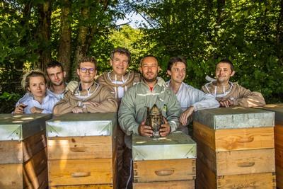 Small bleu blanc ruche equipe apiculteurs partenaires